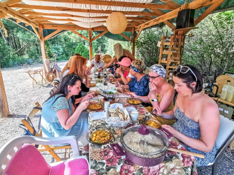 Grubumdaki üyelerle yemek yerken