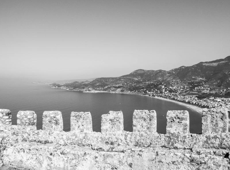 Surların üzerinden Kleopatra plajını mazarası