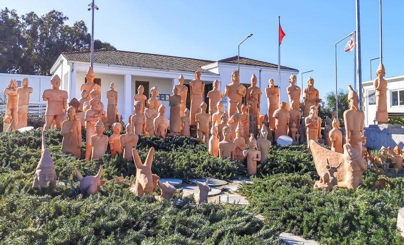 Akdeniz köyü doğa müzesi bahçesindeki terracotta heykeller sergileniyor