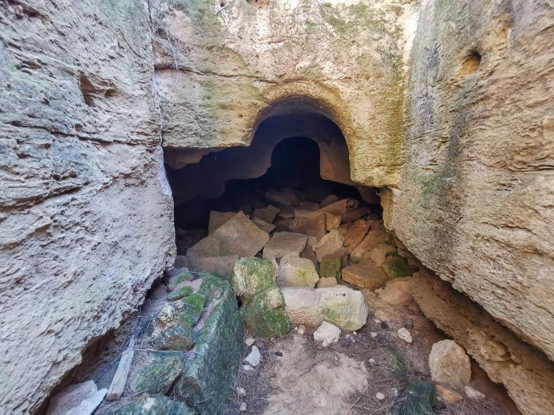 Akdeniz köyünde Kral kaya mezarlarının en büyük olanlarından biri. İçinde kralın mezar odası