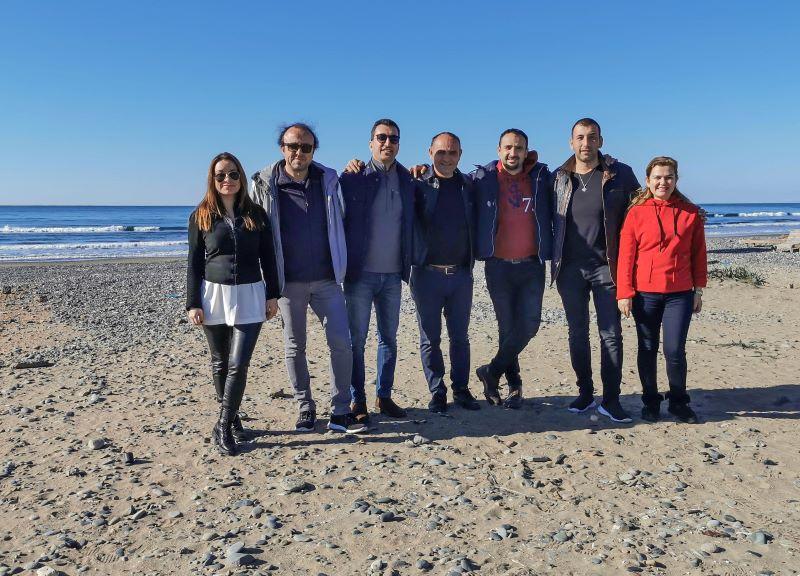 Akdeniz köyünde tur sonunda rehber arkadaşlarla grup fotoğrafı