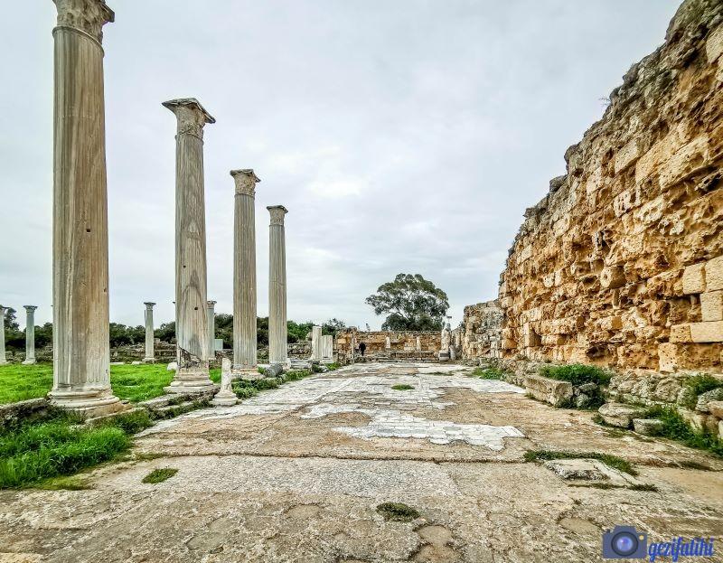 Salamis'in gymnasiumu. Hamam ve gymnasiumu ayıran cadde