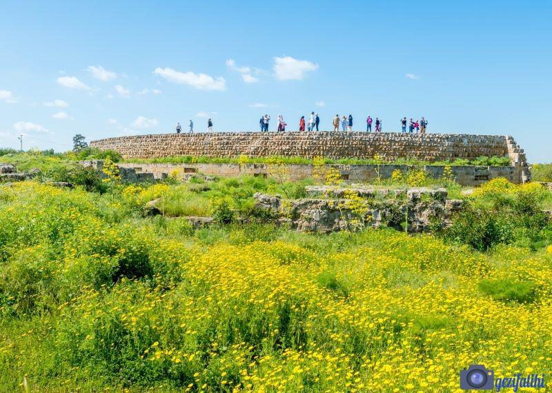 Salamis antik şehri tiyatrosunun uzaktan görünümü