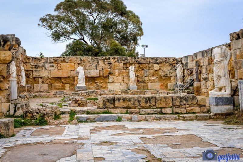 Salamis antik şehri gymnasiumun güneyindeki heykelli havuz