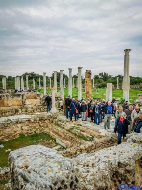 Salamis antik şehrinde ziyaretçiler