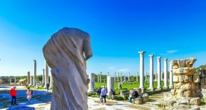 Salamis antik şehrinin gymnasiumuna bakan Asklepios heykeli