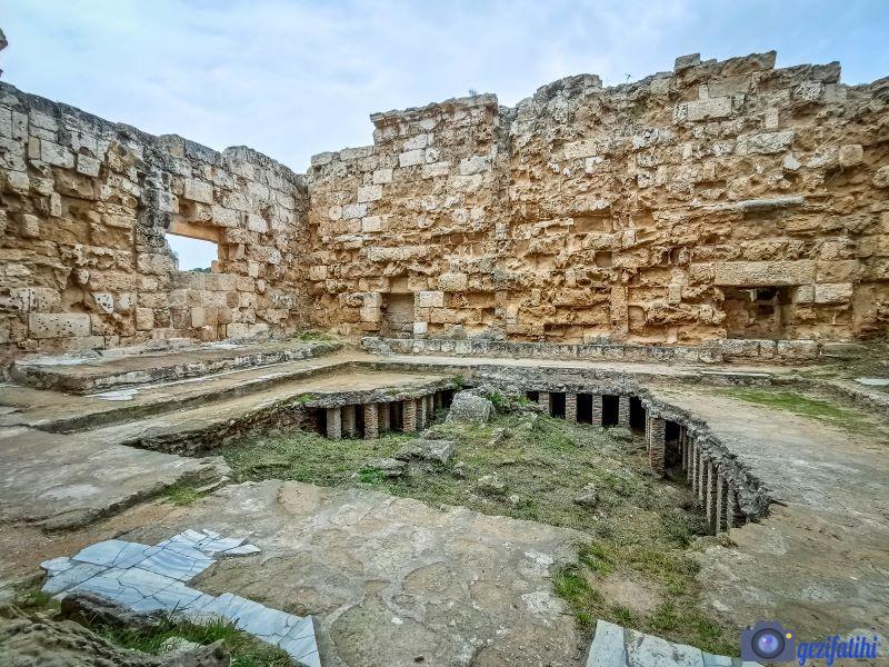 Salamis hamamındaki ısıtma sistemleri ile donatılmış terleme odası