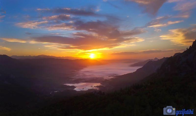 Akbaş göletinin kuzeyimde bulunan dağlardan göl üzerinde gün doğumu manzarası