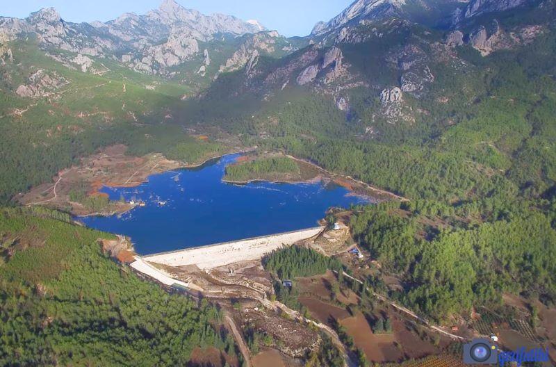 Akbaş Göleti etrafı dağlarla çevrilidir