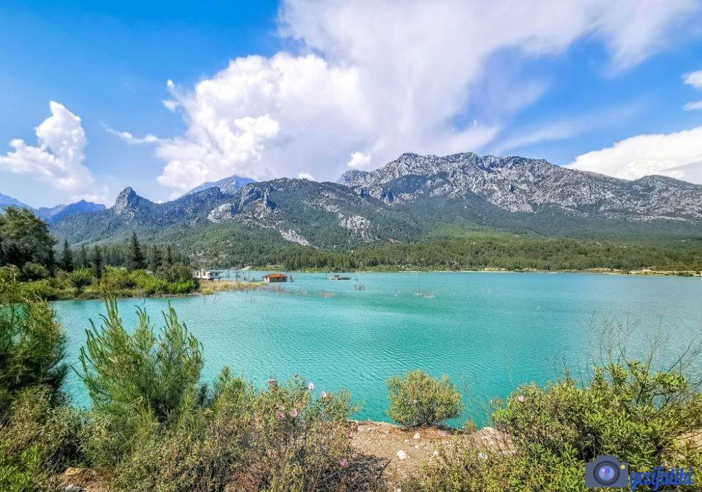 Akbaş göleti etrafındaki dağlarla birlikte harika bir manzaraya sahip
