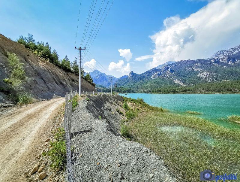Akbaş göleti çevresindeki yol gölün etrafını dolaşıyor