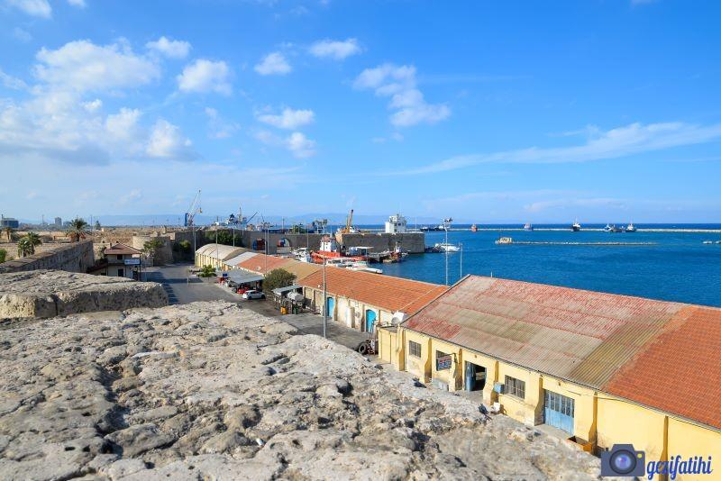 Mağusa limanına bakan surlar
