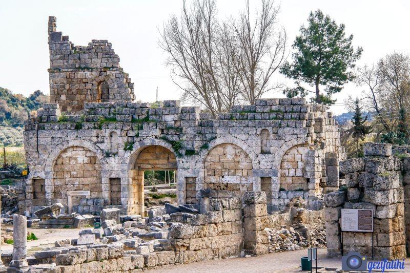 Perge'nin Roma kapısının avluya bakan tarafı arka yüzü (Perge gezi rehberi)