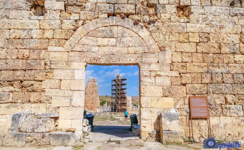 Perge'nin iki anıtsal kapısından biri olan Güney girişindeki Roma Kapısı