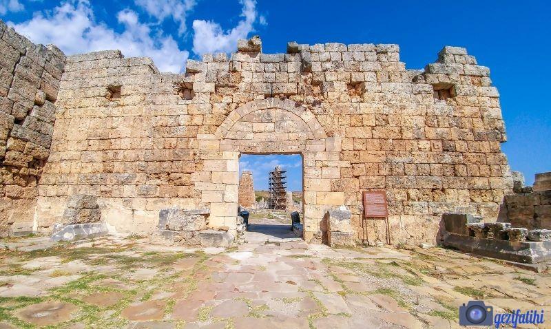 Perge'nin Roma kapısı ön yüzü (Perge gezi rehberi)