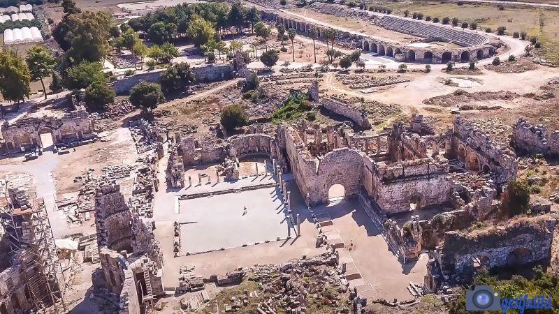 Perge antik şehrinin güney hamamları ve stadyumu (arkada)
