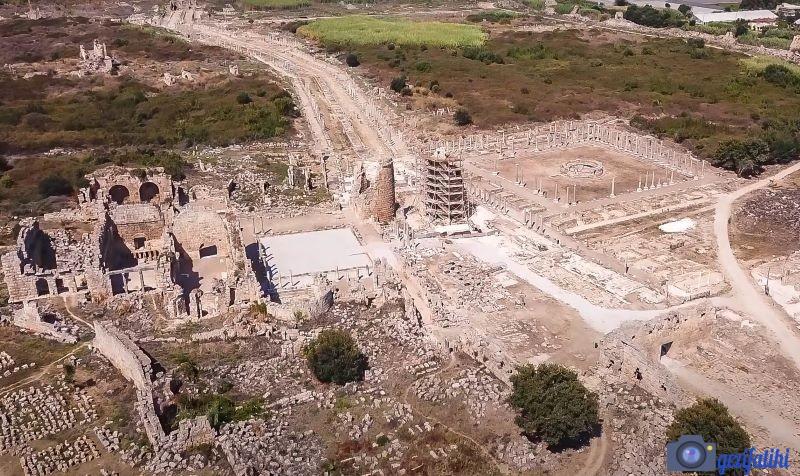 Perge'yi tanıtan güzel bir hava fotoğrafı. Sağda agora, ortada Hellenistik kule ve solda Hamam kalıntıları. Arkada devam eden sütunlu cadde