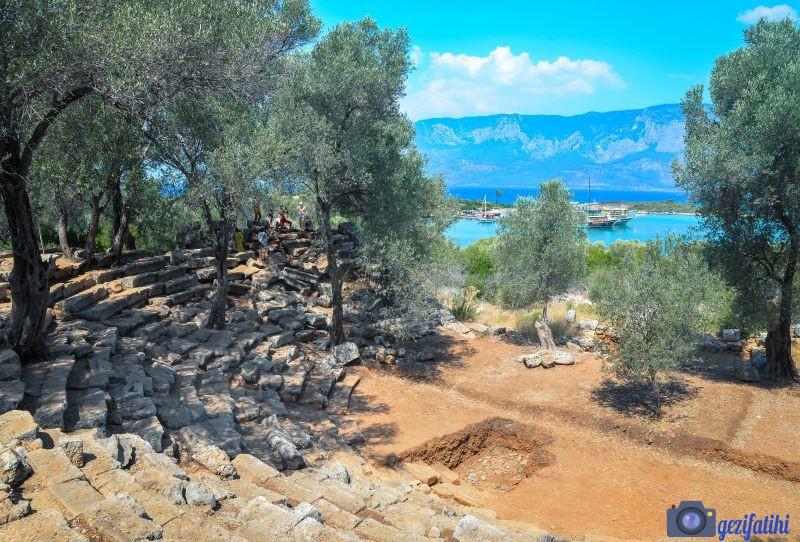 Kedrai tiyatrosu ziyaretçilere hrika bir deniz manzarası sunuyor