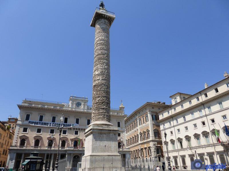 Marcus Aurelius için dikilmiş anıt. Üzerinde heykeli bulunmakta. Capitoline Hill Square Rome