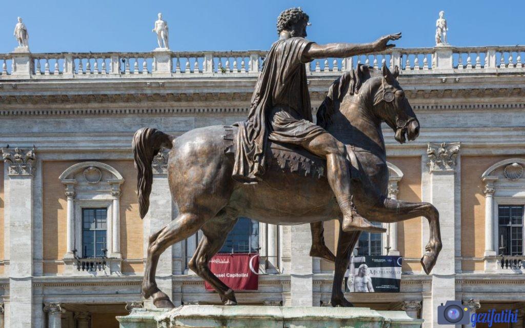 Marcus Aurelius heykeli, Roma'daki meydanda yer alıyor