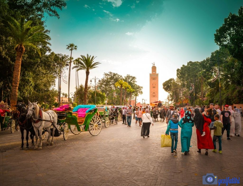 Marakeş'te gezilecek yerler. Djemal el Fna meydanından Kutubiyye Camisinin görünümü