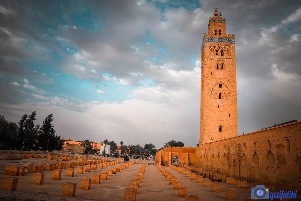 Kutubiyye Camisi Marakeş'te gezilecek yerlerden biridir. Yeni camini yanında yapılan eski caminin temelleri